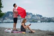 Immer mehr Schweizer setzen auf Wetter-Apps, wie dieses Paar in Luzern am Vierwaldstättersee. (Bild Dominik Wunderli)