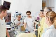 Als erstes Schweizer Spital wendet das Luzerner Kantonsspital für die Magenverkleinerung auch ein endoskopisches Verfahren an. Im Bild das Team um Patrick Aepli, Co-Chefarzt Gastroenterologie (dritte Person von rechts), bei einem Eingriff. (Bild: Luzerner Kantonsspital)