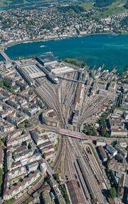 Das Nadelöhr bei der Bahnhofzufahrt. Ein Tiefbahnhof soll Abhilfe schaffen. (Bild: Reportair)