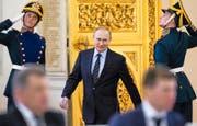 Wladimir Putin verlässt nach einer Sitzung den Kreml. Bild: Alexander Zemlianichenko/AP (Moskau, 5. April 2016)