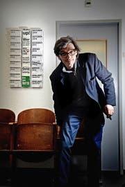Schauspielleiter Andreas Herrmann nimmt Platz auf einem alten Klappsitz des Luzerner Theaters. (Bild Nadia Schärli)