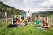 Familie Vogel aus Flühli wohnt auf 1250 Metern über Meer. Unser Bild (von links) zeigt Regula und Toni Vogel mit Kathrin, Veronika, Patrizia, Elias, Stefan und Franziska. (Bild: Manuela Jans-Koch / Neue LZ)