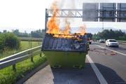 Die brennende Mulde auf der Autobahn A4a hat Gaffer angelockt. (Bild: Zuger Polizei)