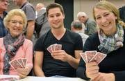 Drei Generationen vom Jassfieber angesteckt: Rosmarie Zurfluh, Stephan Fabian und Regula Keiser (von links). (Bild: Claudia Surek)
