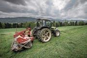 Landwirt Josef Bircher beim Mähen. Er nutzt das Angebot der Maschinenring-Zentrale regelmässig. (Bild: Pius Amrein (Malters, 9. Mai 2017))