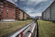 Der Stadtrat prüft, ob er eine Studie in Auftrag geben will, die zeigen soll, ob die Einfahrt in den Bahnhof Luzern (hier Bereich Bundesstrasse, Abzweigung Ahornstrasse in Richtung Bahnhof) überdacht werden kann. (Bild: Pius Amrein (Luzern, 16. Juni 2017))