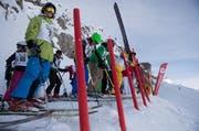 Am Start auf dem Gemsstock machen sich Teilnehmer für das «King of the Mountain» Freeride-Rennen bereit. (Bild: Valentin Luthiger / Archiv UZ)