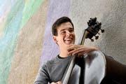Jazzmusiker Lukas Traxel posiert mit seinem Kontrabass im Löwengraben in Luzern. (Bild: Eveline Beerkircher / Neue LZ)