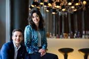 Das neue Direktionspaar des «Vitznauerhofs», Maria Redlich (26) und Bardhyl Coli (31), an der hauseigenen Bar. (Bild Eveline Beerkircher)