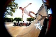 Die Zuschauer bewundern die Tricks eines Skateboarders in der Pipe. (Symbolbild: Corinne Glanzmann)