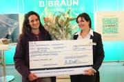 Rebecca Buob vom Preisstifter B. Braun Medical überreicht der Preisträgerin Valia Humbert-Delaloye (links) einen Scheck im Wert von 5000 Franken. (Bild: apimedia)