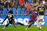 Boubacar Diarra unmittelbar vor dem Penalty-Foul an Basels Carlitos. (Bild Keystone)