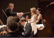 Gaben Rihms Requiem menschliche Züge: Dirigent Mariss Jansons mit den Solistinnen Mojca Erdmann und Anna Prohaska. (Bild: LF/Priska Ketterer)