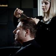 Ob auf dem See oder im Wahlkampf: Die Frisur muss sitzen. Marcel Schwerzmann im Salon Eleganti und Kiser in Luzern. (Bild Pius Amrein)