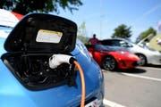 Ein Elektroauto wird aufgeladen. (Bild: Keystone / Urs Flüeler)
