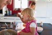Pro Kind erhalten Eltern eine Kinderzulage von monatlich mindestens 200 Franken. (Bild: Gaëtan Bally/Keystone)