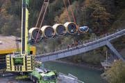 Der Kran hievt den ersten Wagen aufs Trassee. (Bild: Urs Flüeler / Keystone (Schwyz, 12. Oktober 2017))