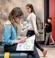 Illustratorin Pascale Küng (28) skizziert ihre Eindrücke im Emmen-Center. (Bild: Nadia Schärli (5. April 2017))
