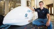 Luca Di Tizio, Student an der ETH Zürich, posiert neben dem Swissloop-Pod, mit dem das ETH-Team diese Woche in Los Angeles am Geschwindigkeitswettbewerb «Hyperloop Pod Competition» der Firma SpaceX von Elon Musk teilnehmen wird. (Bild: Ennio Leanza/Key)