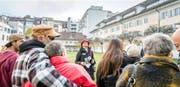 Stadtführerin Ruth Casagrande mit Neuzuzügern im Stadthauspark. Bild: Roger Grütter (Luzern, 29. Oktober 2016)