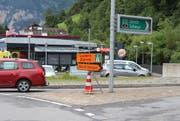 Beim Kreisel in Flüelen werden die Autos Richtung Axenstrasse umgeleitet. (Bild: Elias Bricker (Flüelen, 27. Juli 2017))
