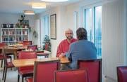 Sein Angebot ist gefragt: Betriebsleiter Urs Wüest im Gespräch mit einem Zihlmatt-Bewohner. (Bild: Pius Amrein (Luzern, 23. Februar 2018))