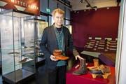 Historische Schuhe aus verschiedensten Epochen zeigt Ulrich Eberli im Zuger Museum für Urgeschichte. Bild: Roger Zbinden (19. November 2016)