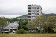 Das Aalto-Hochhaus wurde 1968 erbaut, links das Einkaufszentrum Schönbühl. (Bild: Corinne Glanzmann (Luzern, 19. Mai 2017))