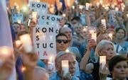 Demonstranten mahnen vor dem Obersten Gericht in Warschau an die Einhaltung der Verfassung. (Bild: Pawel Supernak/EPA (22. Juli 2017))