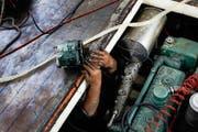 Ein Mechaniker bei der Arbeit im Maschinenraum des MS «Schwan» am letzten Freitag. (Bild Christof Borner-Keller)