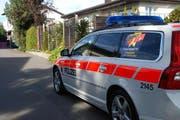 Ein mit dem Kampagnenplakat beschriftetes Polizeifahrzeug fährt durch eine Wohngegend. (Bild Kapo SZ)