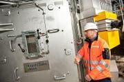 Ruedi Kummer, Gesamtprojektleiter Renergia, schliesst die Tür zum Verbrennungsofen. (Bild Boris Bürgisser)