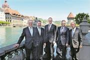 Robert Küng (FDP, links), Marcel Schwerzmann (parteilos), Reto Wyss (CVP), Guido Graf (CVP) und Paul Winiker (SVP) nach dem zweiten Wahlgang auf dem Jesuitenplatz an der Reuss. (Bild: Nadia Schärli (Luzern, 10. Mai 2015))