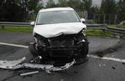 Eine 43-jährige Fahrerin hat im Bucheneggen erst die Kontrolle über ihr Auto verloren. Der Wagen kollidierte mehrere Male rechts mit der Leitplanke. (Bild: Kantonspolizei Schwyz)