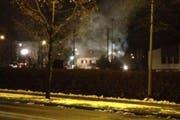 Rauch dringt aus dem Haus in Schenkon. (Bild: Leserreporter Peter Meier)