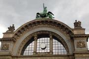 Wer in diesen Tagen die Uhrzeit an der Bahnhofsuhr am Torbogen ablesen will, dem ragt nur ein weisses Ziffernblatt entgegen. (Bild: nop / luzernerzeitung.ch)