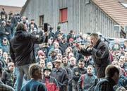 Der Luzerner Gantrufer Bruno Furrer trieb die Preise in die Höhe. Rund 3000 Besucher kamen zur Versteigerung. (Bild: Pius Amrein (Ruswil, 25. März 2017))