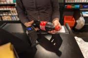 In der Schweiz kosten Markenartikel oft mehr als im Ausland. Bild: Christian Beutler/Key (Zürich, 26. April 2013)
