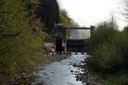 Die Sarneraa soll auch unterhalb des Wichelsees (im Bild das Stauwehr) ausgebaut werden. (Archivbild Adrian Venetz)