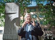 Peter von Matt beim Brunnen, den Max Frisch 1967 den namenlosen Opfern der Geschichte gewidmet hat. (Bild: Ralph Ribi (Zürich, 15. Mai 2017))