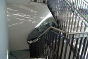 Das Auto kam erst im Treppenhaus zum Stillstand. (Bild: Zuger polizei)