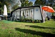 «Würde uns jemand eine Wohnung schenken, wir würden ablehnen.» Renate, René und ihr kleines Reich auf dem Lido-Campingplatz. Hier ist seit rund acht Jahren ihr Lebensmittelpunkt – und hier bleiben sie nun für immer. (Bild: Pius Amrein / Neue LZ)