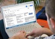 Verschiedenen Nutzern werden online unterschiedliche Inhalte angezeigt: Das beeinflusst die Meinungsbildung. (Bild: Keystone/Montage sci)