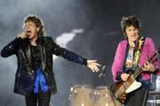 Sänger Mick Jagger und Gitarrist Ron'Wood auf der Bühne im Letzigrund Stadion. (Bild: Keystone (20.September 2017, Zürich))