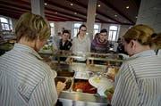 Schüler in der Mensa der Kantonsschule Seetal in Baldegg: Bald sollen die Preise fürs Essen steigen. (Bild: Pius Amrein//Neue LZ)