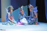 Undine, in der Mitte, wird von ihren Schwestern Nerina und Lilaia getröstet. (Bild André A. Niederberger)