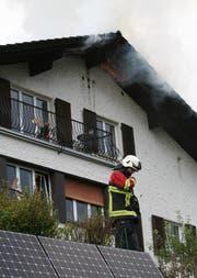 Der Dachstock dieses Hauses an der Oberen Dattenbergstrasse steht in Flammen. (Bild: Leser Walter Näf)