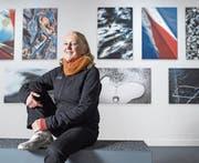Madlena Cavelti vor ihren Bildern im Gletschergarten. (Bild: Boris Bürgisser (Luzern, 7. November 2017))