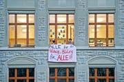Ende November protestierten Lehrer gegen Sparmassnahmen des Kantons – mit Transparenten am Schulhaus Maihof in Luzern. (Bild Pius Amrein)