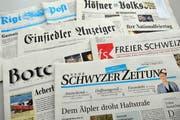 Aktuelle Titelseiten von Zeitungen, die derzeit im Kanton Schwyz erscheinen. (Bild: Bert Schnüriger / Neue SZ)